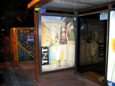 שילוט של TNT בתחנת אוטובוס