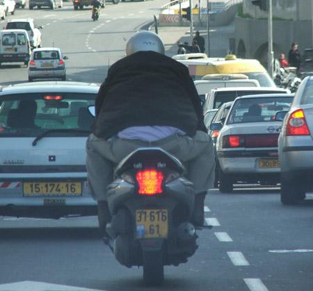 איש גדול אופנוע קטן