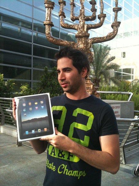 ערן גפן וה-iPad הראשון בישראל