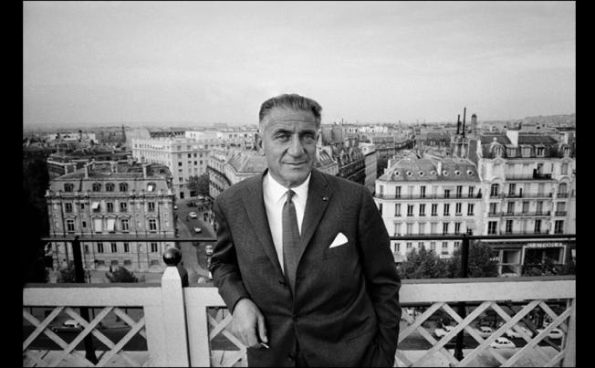 מייסד קבוצת PUBLICIS - מרסל בלאושטיין, במרפסת של המשרד