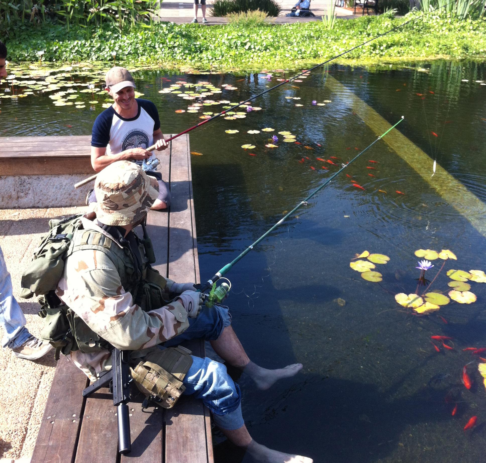 בחור הזוי עם תת מקלע עוזי החליט לדוג בכיכר רבין