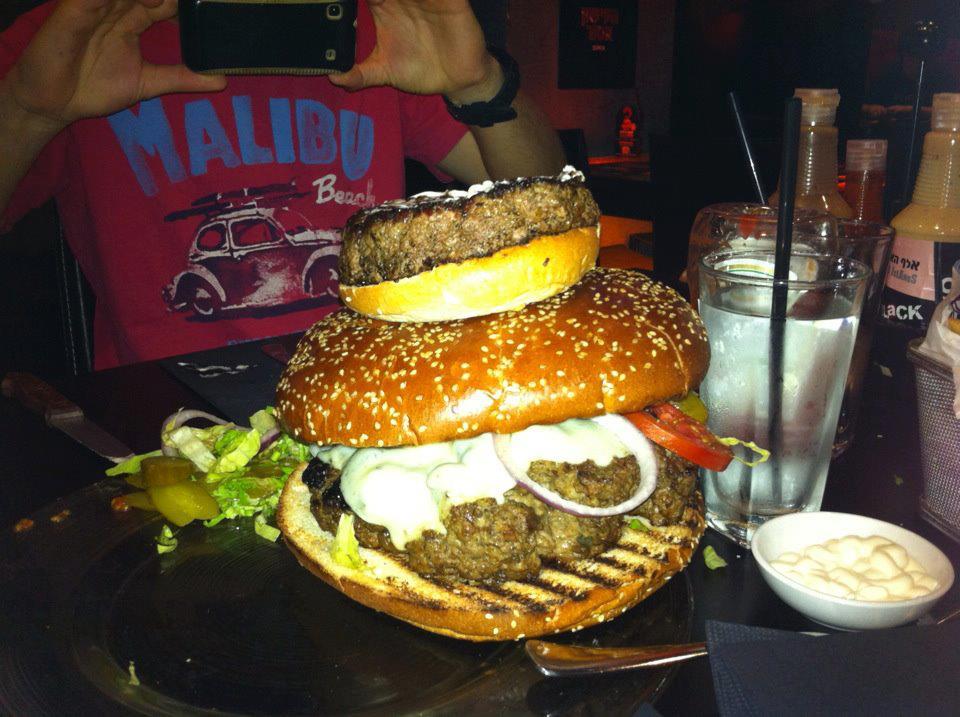 המבורגר מפלצתי במשקל של קילו מאתיים