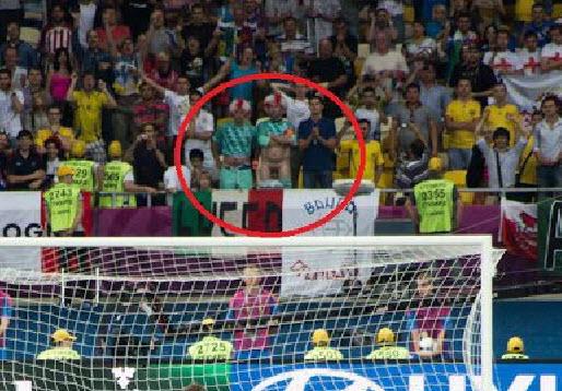 אוהד אנגליה חשף את איבר מינו מול הבועט של איטליה אבל לא הצליח לו