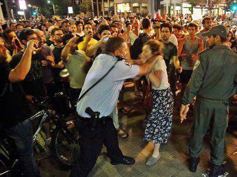 קצין המשטרה חונק את המפגינה