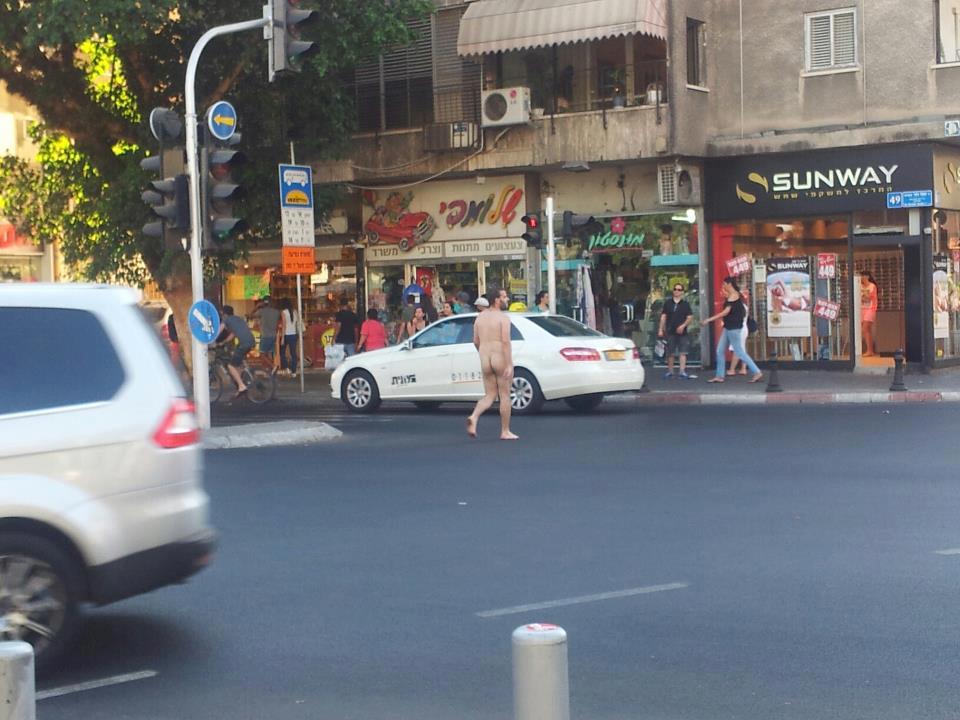 תמונות ויראליות: בחור מיסתורי הסתובב היום בעירום מלא ברחבי תל אביב