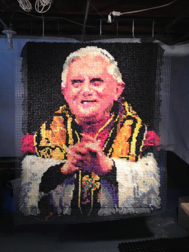 תמונות ויראליות: דיוקנו של האפיפיור החדש - חורחה מריו ברגוליו אשר עשוי מ-17,000 קונדומים