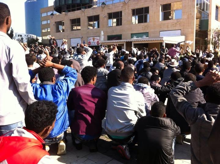 גולשים מתעדים בזמן אמת: הפליטים במחאה רועשת עכשיו ברחבי תל אביב