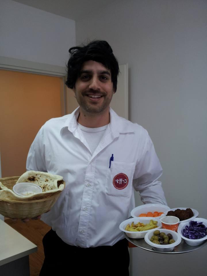 אביעד יונה // מלצר במסעדת ברווזי