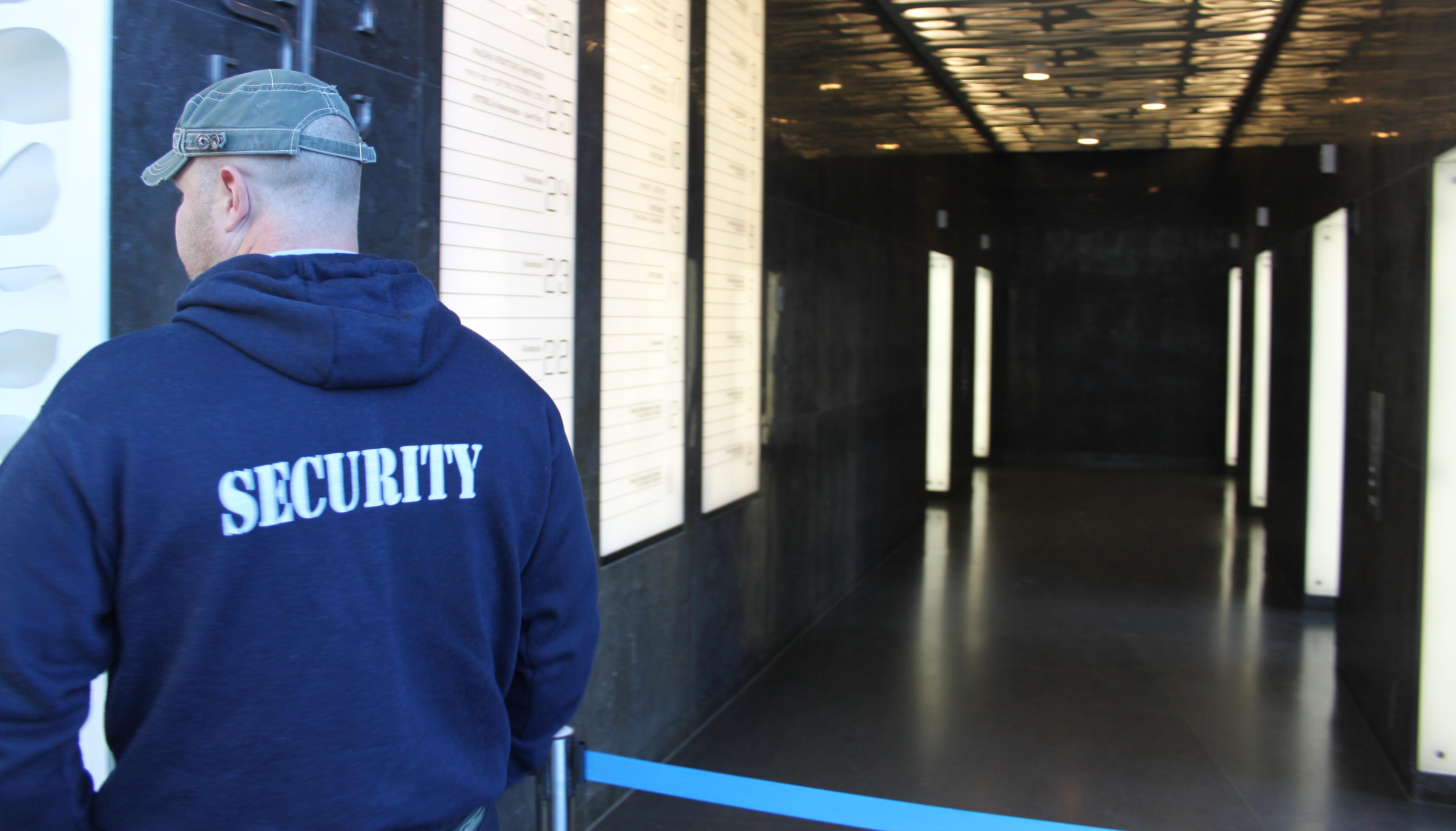 מאבטח בכניסה למעליות רוטשילד 22